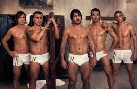 http://ladiesdotdotdot.files.wordpress.com/2009/06/italiansoccerteaminitalianflag.jpg